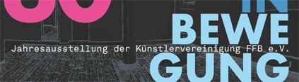 Im Hintergrund des Bildauschnitts sieht man einen Negativausschnitt eines Raumes der Kulturwerkstatt. Im Vordergrund sieht man angeschnitten eine pinkfarbene 30 und die Begriffe in Bewegung in Blautönen.