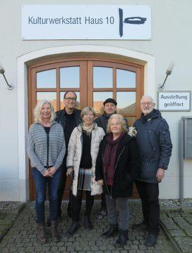 Vorstand des Fördervereins HAUS 10 e. V. Vordere Reihe v. l.: Ulrike Quinten, 1. Vorsitzende, Christiane Neuberger, Schriftführerin, Hilde Seyboth, 2. Vorsitzende, Jens Streifeneder, Beirat. Hintere Reihe v. l.: Dr Motyka, Schatzmeister, Klaus Walter, Beirat.
