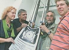 Die Gründungsmitglieder von HAUS 10 mit dem Plakat der Eröffnungsausstellung: Hilde Seyboth, Adnreas Sobeck, Alto Fertl und Erik Jäger. Foto: Johannes Simon